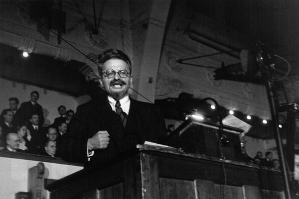 Αυτή η εικόνα δεν έχει ιδιότητα alt. Το όνομα του αρχείου είναι leo-trotsky-giving-a-speech-in-copenhagen-november-1932-min.jpg